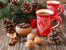 Δύο φλιτζάνι του καφέ, φασόλια καφέ, κώνοι πεύκων και νέος-έτος decorat Στοκ Εικόνες