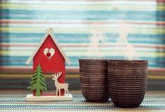 Δύο φλυτζάνια αργίλου με τον καφέ Στοκ φωτογραφία με δικαίωμα ελεύθερης χρήσης