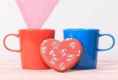 Δύο φλυτζάνια καφέ και μπισκότα καρδιών Στοκ Φωτογραφία