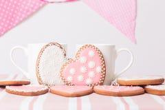 Δύο φλυτζάνια καφέ και μπισκότα καρδιών Στοκ Φωτογραφίες