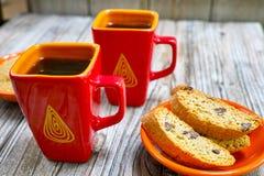 Δύο φλυτζάνια με τον καφέ espresso, την ακατέργαστα καφετιά ζάχαρη και amandel το cantu Στοκ εικόνες με δικαίωμα ελεύθερης χρήσης