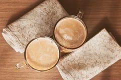 Δύο φλυτζάνια της καυτής σοκολάτας burlap στοκ φωτογραφία με δικαίωμα ελεύθερης χρήσης