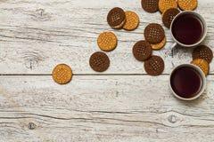 Δύο φλυτζάνια του τσαγιού με τα μπισκότα Στοκ εικόνες με δικαίωμα ελεύθερης χρήσης