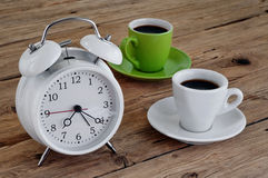 Δύο φλυτζάνια του espresso με ένα ξυπνητήρι Στοκ φωτογραφία με δικαίωμα ελεύθερης χρήσης