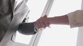 Δύο χέρια κουνημάτων συνέταιρων κατά τη συνάντηση μεταξύ ενός άνδρα και μιας γυναίκας στο κοστούμι Επιτυχής διαπραγμάτευση o 3840 απόθεμα βίντεο