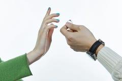 Δύο χέρια με ένα δαχτυλίδι Στοκ Φωτογραφία