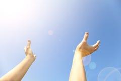 Δύο χέρια με τις ανοιγμένες παλάμες στο τέλος προς τα πάνω Στοκ Φωτογραφίες
