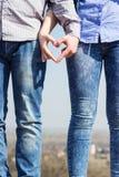 Δύο χέρια που ενώνονται να δημιουργήσει μια καρδιά Στοκ Εικόνες