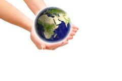 Χέρια που κρατούν τη γη στοκ εικόνες