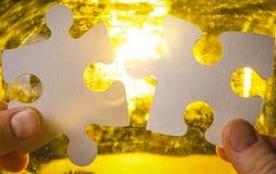 Δύο χέρια που προσπαθούν να συνδέσει το κομμάτι γρίφων ζευγών Στοκ εικόνα με δικαίωμα ελεύθερης χρήσης
