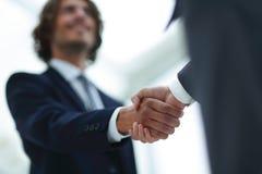 Δύο χέρια τινάγματος επιχειρηματιών που χαιρετούν το ένα το άλλο Στοκ Φωτογραφίες