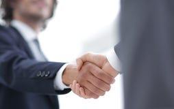 Δύο χέρια τινάγματος επιχειρηματιών που χαιρετούν το ένα το άλλο Στοκ εικόνα με δικαίωμα ελεύθερης χρήσης