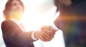 Δύο χέρια τινάγματος επιχειρηματιών που χαιρετούν το ένα το άλλο Στοκ Εικόνες