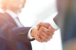 Δύο χέρια τινάγματος επιχειρηματιών που χαιρετούν το ένα το άλλο Στοκ φωτογραφία με δικαίωμα ελεύθερης χρήσης