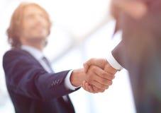 Δύο χέρια τινάγματος επιχειρηματιών που χαιρετούν το ένα το άλλο Στοκ Φωτογραφία