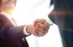 Δύο χέρια τινάγματος επιχειρηματιών που χαιρετούν το ένα το άλλο Στοκ εικόνες με δικαίωμα ελεύθερης χρήσης