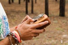 Δύο χέρια του ατόμου που κρατά το παραδοσιακό αφρικανικό μουσικό kalimba οργάνων Στοκ εικόνες με δικαίωμα ελεύθερης χρήσης