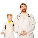 Δύο χαμογελώντας γιατροί - πατέρας και κόρη. Στοκ φωτογραφία με δικαίωμα ελεύθερης χρήσης
