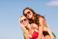 Δύο χαμογελώντας νέες γυναίκες στην παραλία Στοκ εικόνα με δικαίωμα ελεύθερης χρήσης