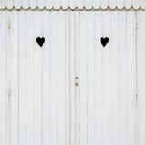 Δύο χαρασμένες καρδιές σε μια άσπρη καλύβα παραλιών Στοκ Εικόνα