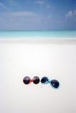 Δύο χαριτωμένα γυαλιά ηλίου στην παραλία Στοκ Εικόνες
