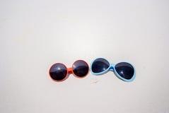 Δύο χαριτωμένα γυαλιά ηλίου στην παραλία Στοκ Φωτογραφίες