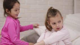 Δύο χαριτωμένα κορίτσια παιδιών που παίζουν στην κρεβατοκάμαρα φιλμ μικρού μήκους