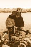 Δύο χαριτωμένα μικρά κορίτσια με τα ποδήλατα κοντά στη λίμνη στοκ εικόνες με δικαίωμα ελεύθερης χρήσης