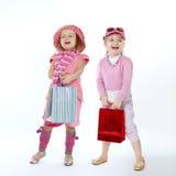 Δύο χαριτωμένα μικρά κορίτσια με τις τσάντες αγορών στοκ φωτογραφία με δικαίωμα ελεύθερης χρήσης