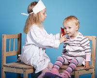 Δύο χαριτωμένα μικρά κορίτσια που παίζουν το γιατρό Στοκ φωτογραφία με δικαίωμα ελεύθερης χρήσης