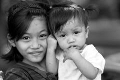Δύο χαριτωμένες αδελφές Στοκ εικόνες με δικαίωμα ελεύθερης χρήσης