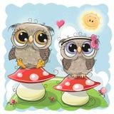 Δύο χαριτωμένες κουκουβάγιες κάθονται στα μανιτάρια απεικόνιση αποθεμάτων