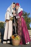 Δύο χαριτωμένες κυρίες είναι στα αρμενικά κοστούμια Στοκ εικόνες με δικαίωμα ελεύθερης χρήσης