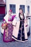 Δύο χαριτωμένες κυρίες στον αρμενικό λαϊκό ιματισμό Στοκ Εικόνα