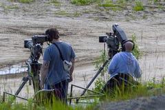 Δύο χειριστές βιντεοκάμερων με τα τρίποδα r στοκ εικόνες με δικαίωμα ελεύθερης χρήσης
