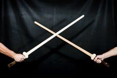 Δύο χειροποίητα ξύλινα ξίφη Στοκ φωτογραφίες με δικαίωμα ελεύθερης χρήσης