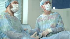 Δύο χειρούργοι που αναπτύσσουν δραστηριότητες στο νοσοκομείο απόθεμα βίντεο