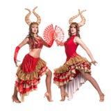 Δύο χορευτές γυναικών με τα κέρατα η ανασκόπηση απομόνωσε το λευκό Στοκ Εικόνα