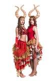 Δύο χορευτές γυναικών με τα κέρατα η ανασκόπηση απομόνωσε το λευκό Στοκ εικόνα με δικαίωμα ελεύθερης χρήσης