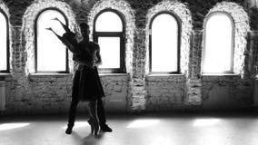 Δύο χορευτές μπαλέτου που ασκούν το χορό στο στούντιο φιλμ μικρού μήκους