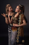 Δύο χορεύοντας νέες γυναίκες στο εθνικό ινδικό κοστούμι Στοκ φωτογραφίες με δικαίωμα ελεύθερης χρήσης