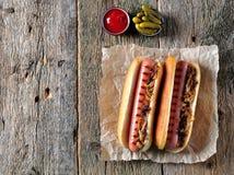 Δύο χοτ-ντογκ με το τριζάτα κρεμμύδι και το κέτσαπ Στοκ Φωτογραφίες