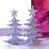 Δύο χριστουγεννιάτικα δέντρα glittery μπροστά από τις φωτεινές ρόδινες ΓΠ glittery Στοκ Εικόνες