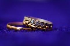 Δύο χρυσά γαμήλια δαχτυλίδια. μακρο φωτογραφία Στοκ Εικόνες