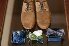Δύο χρυσά γαμήλια δαχτυλίδια που βάζουν στην μπλε επιφάνεια εξαρτήματα για τη νύφη και το νεόνυμφο Προετοιμασία για την τελετή Στοκ Εικόνα