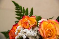 Δύο χρυσά γαμήλια δαχτυλίδια βρίσκονται σε μια ανθοδέσμη Στοκ εικόνες με δικαίωμα ελεύθερης χρήσης