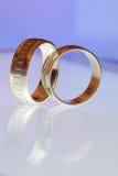Δύο χρυσά γαμήλια δαχτυλίδια σε μια ταμπλέτα Στοκ Φωτογραφίες
