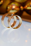 Δύο χρυσά γαμήλια δαχτυλίδια σε μια ταμπλέτα Στοκ Εικόνες