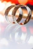 Δύο χρυσά γαμήλια δαχτυλίδια σε μια ταμπλέτα Στοκ φωτογραφία με δικαίωμα ελεύθερης χρήσης