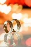 Δύο χρυσά γαμήλια δαχτυλίδια σε μια ταμπλέτα Στοκ Εικόνα